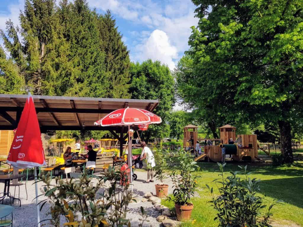 Beliebter Kinderspielplatz im Freien neben Tierpark-Buffet und Streichelzoo.