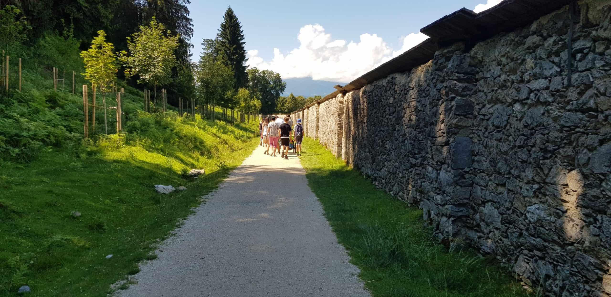 kinderwagentaugliche Wege entlang historischer Mauern im Wildtierpark Rosegg
