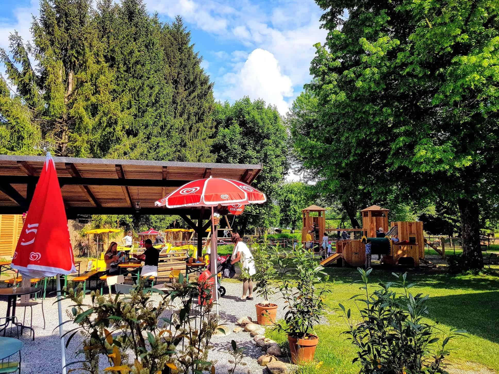 Kinderspielplatz im Freien mit Tierpark Buffet