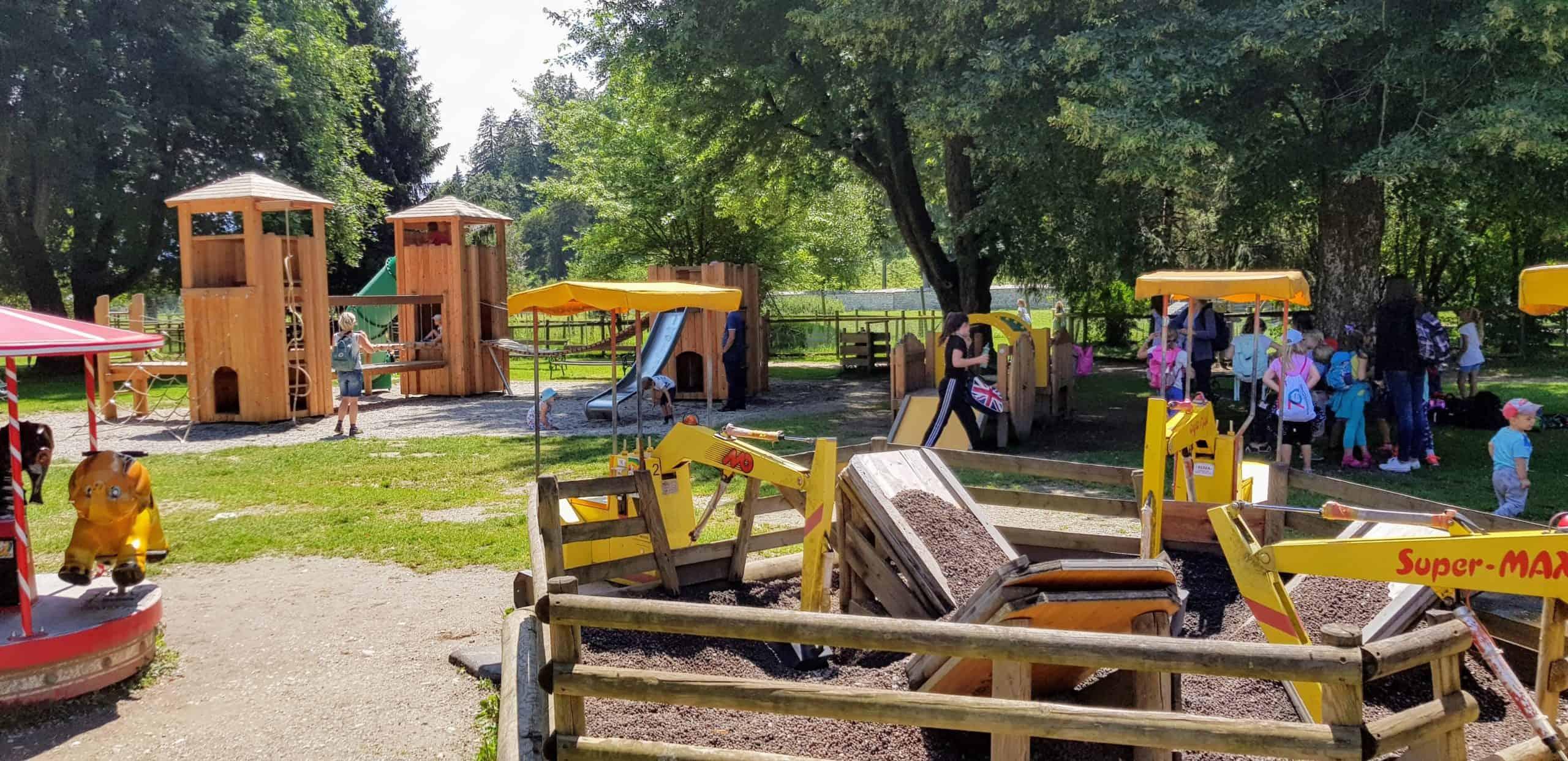 Kinderspielplatz mit Kindern im Tierpark