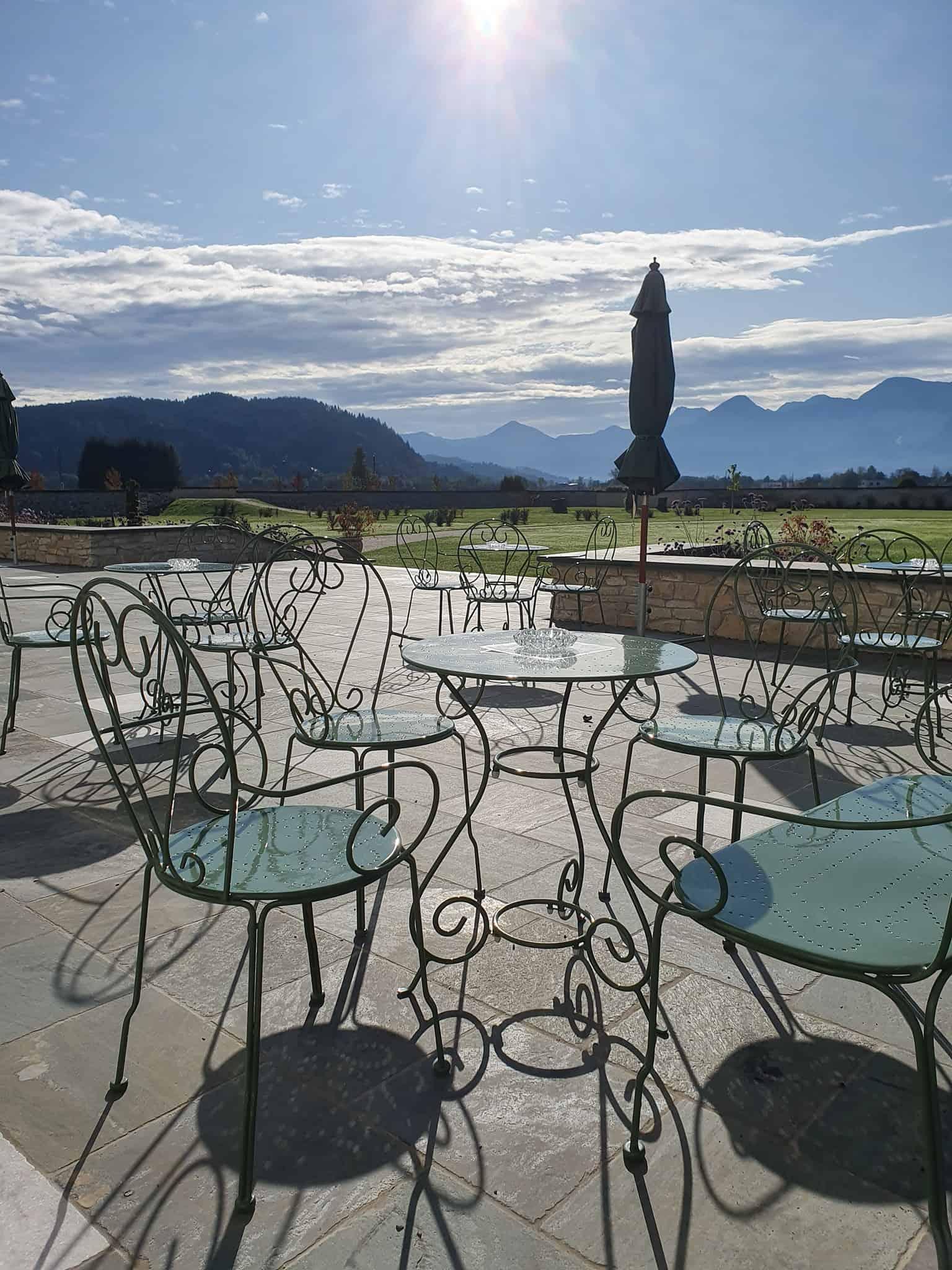 Sonnenterrassse Schlosscafè im Kärntner Rosental mit Blick auf Tierpark und Karawanken