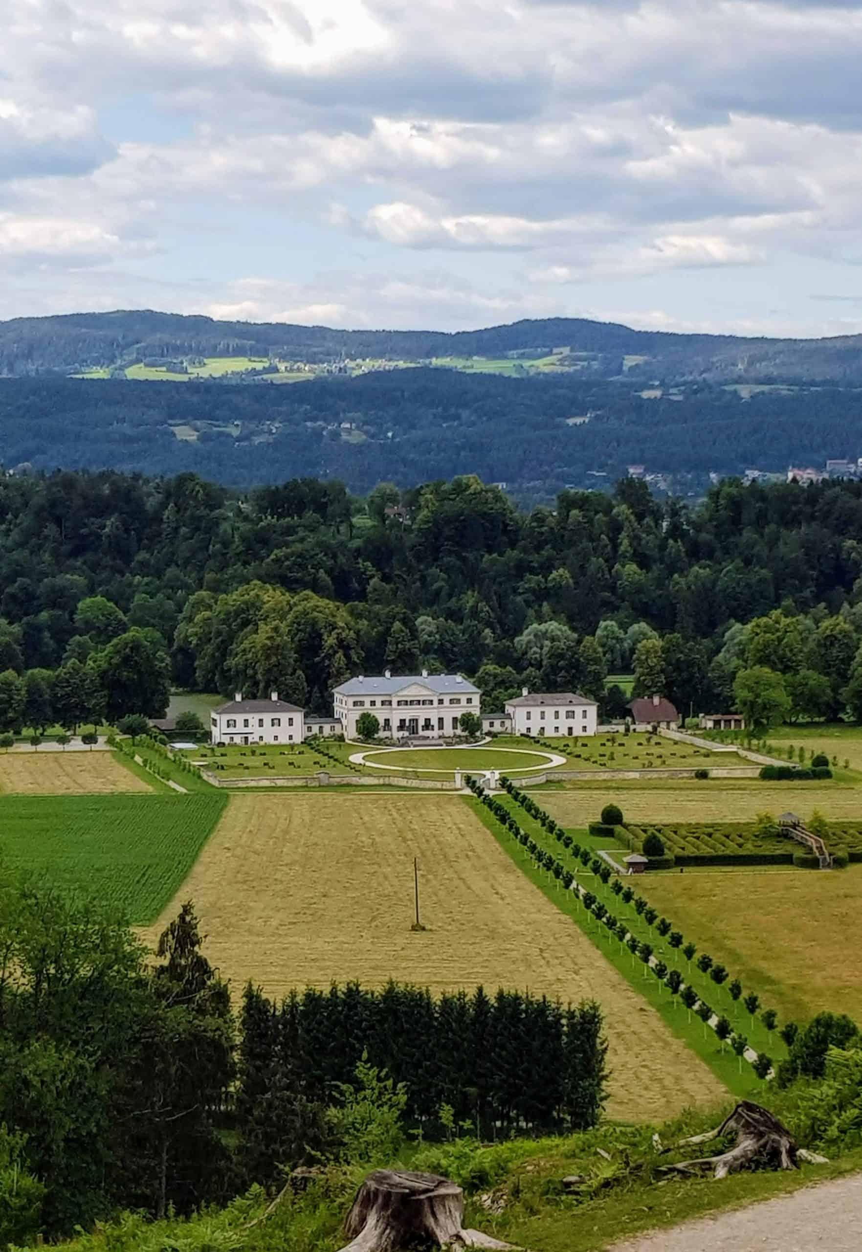 Labyrinth und Schloss vom Tierpark Rosegg betrachtet
