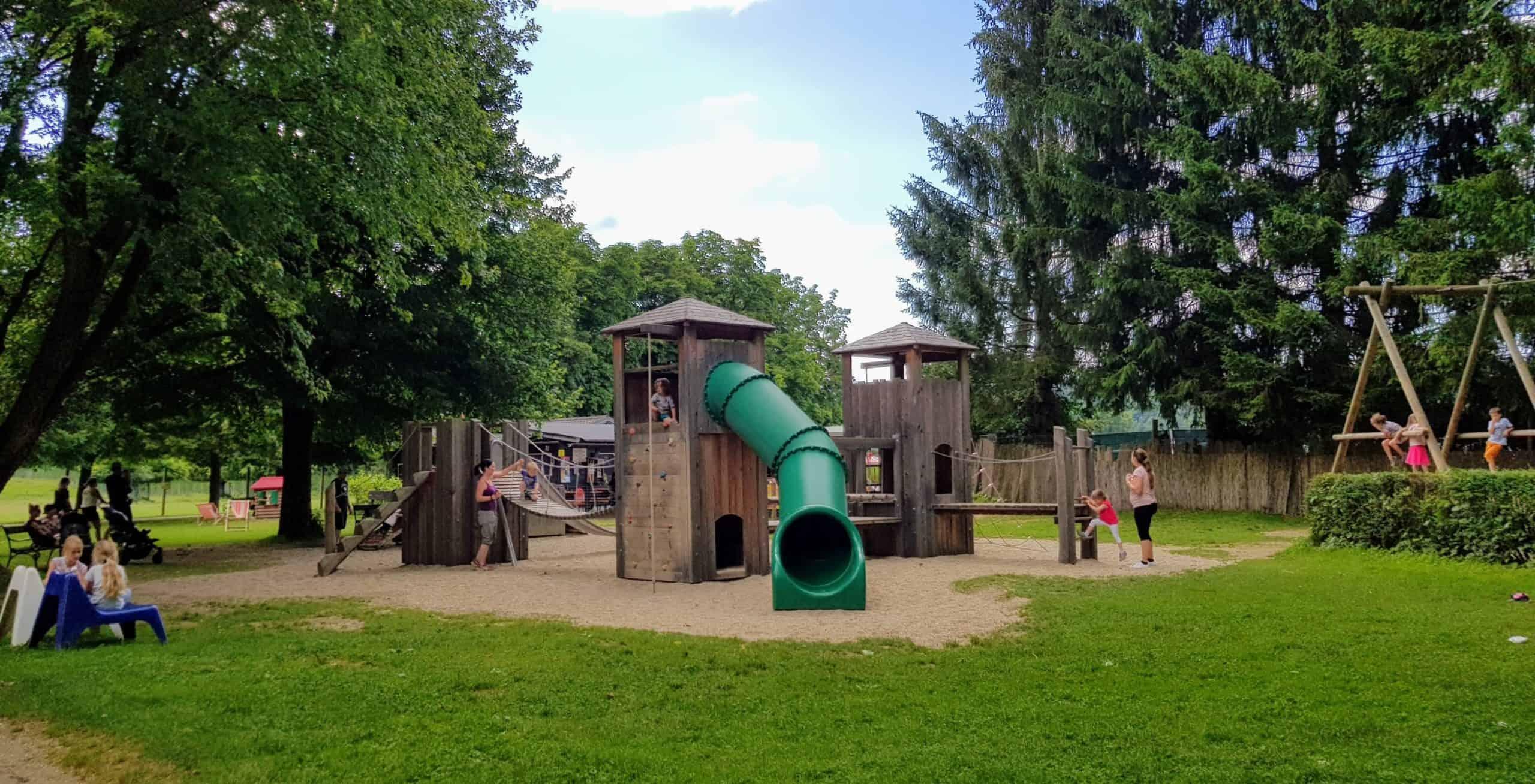 Spielplatz im Freien mit Rutsche und Kletterturm
