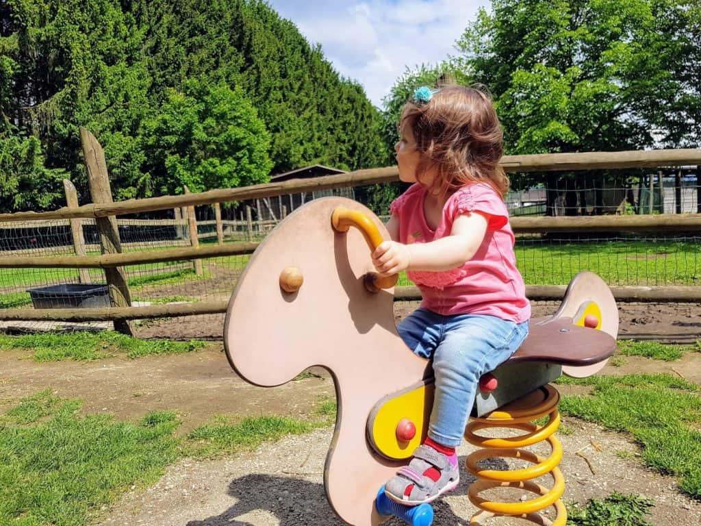 Kleinkind am Kinderspielplatz in Kärnten