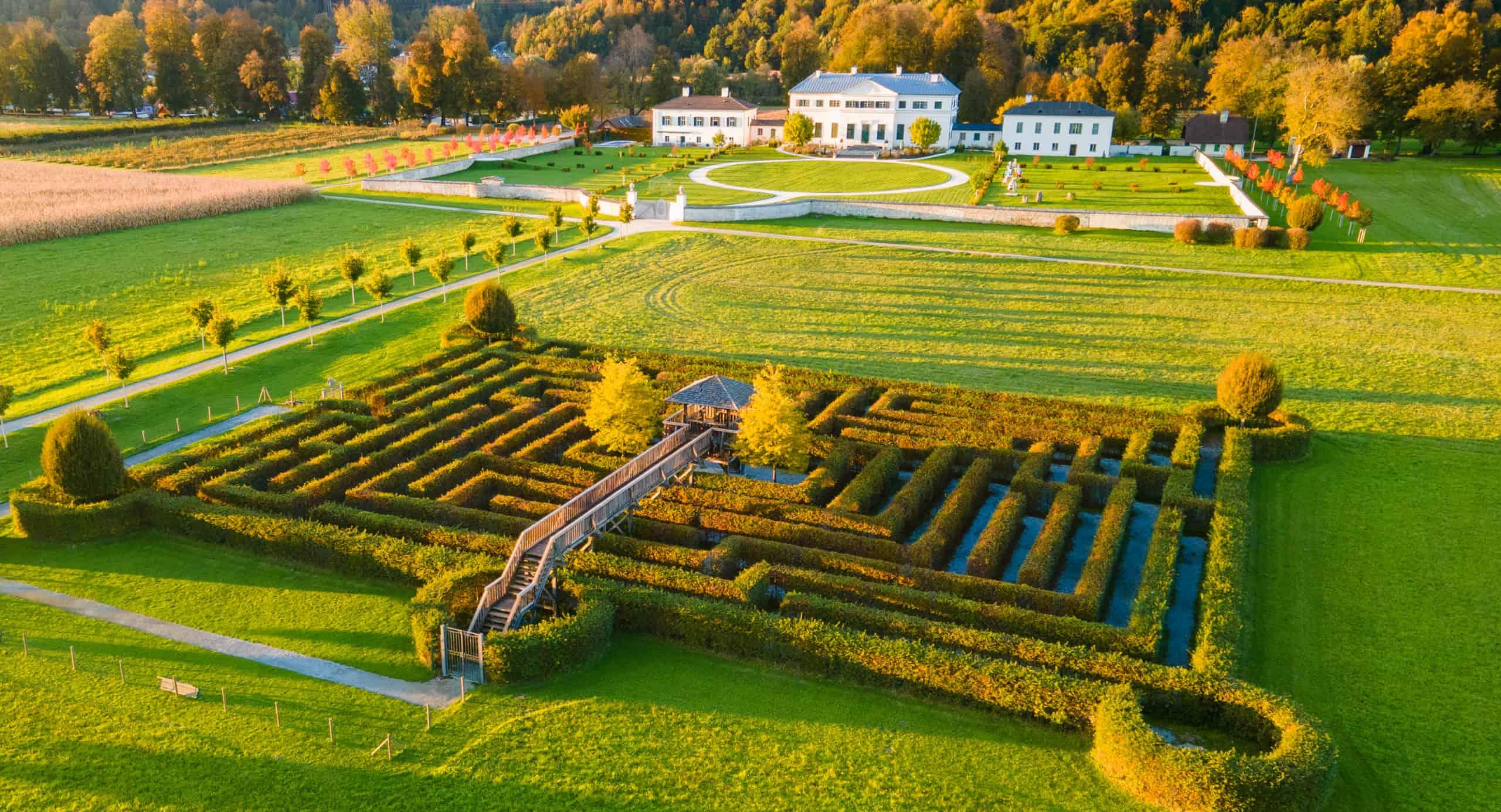 Schloss Rosegg mit Labyrinth im Herbst - Sehenswürdigkeit in Österreich
