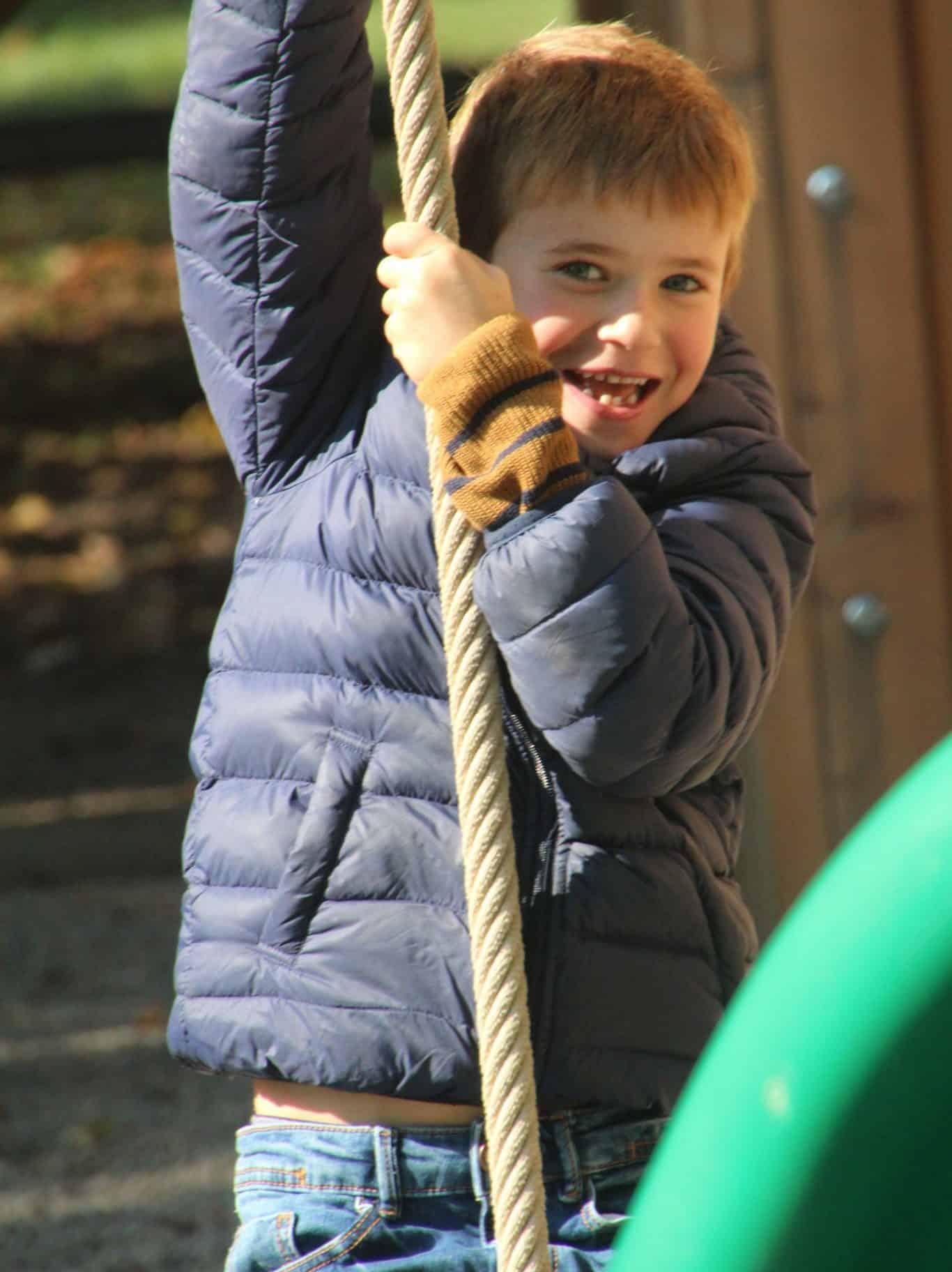 Kind am Spielplatz im Tierpark Rosegg in Kärnten Nähe Wörthersee