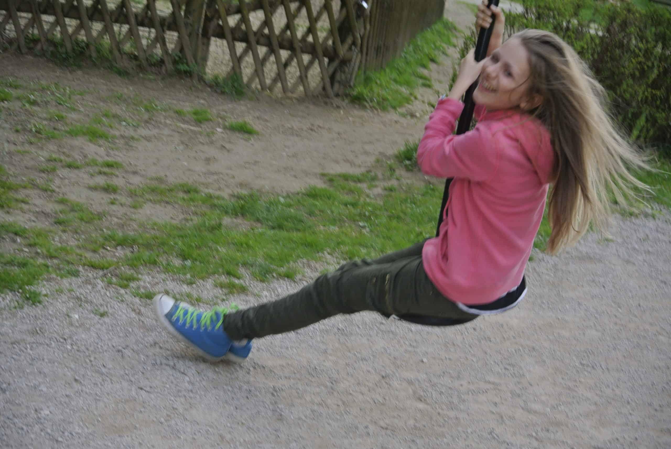 Kind auf Seilrutsche bei Familienausflug in den Tierpark Rosegg